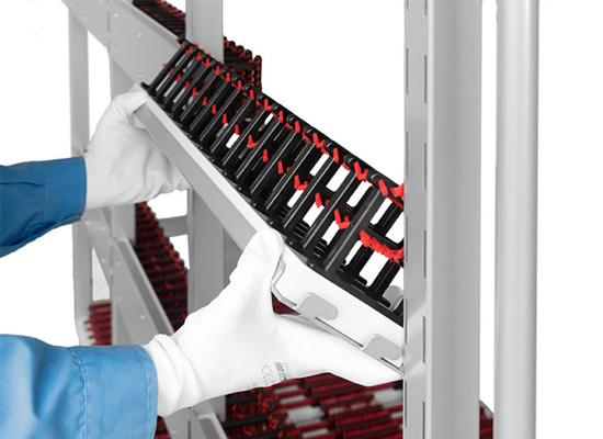 Personalizzabile in tempo reale, aggiungendo o togliendo ripiani e schienali con agganci rapidi e senza l'ausilio di attrezzi
